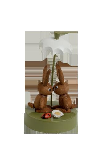 Hasenpaar unterm Schirm