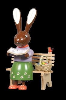 Häsin sitzend, mit Buch und Korb