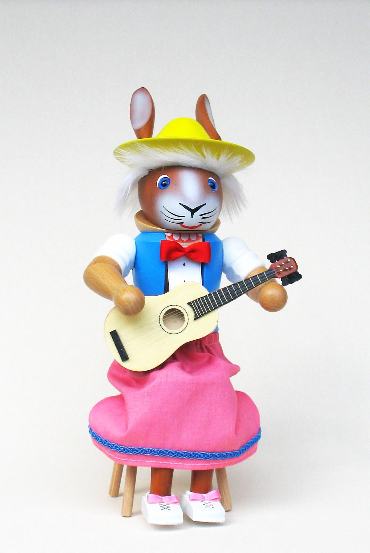 Nussknacker Osterhäsin mit Gitarre und Hocker