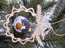 Baumbehang Glaskugel Weihnachtsstern, im Zweig. Handbemalt und mundgeblasen. Hergestellt aus Birkensperrholz mit freibeweglicher Kugel ca 8 x 9cm