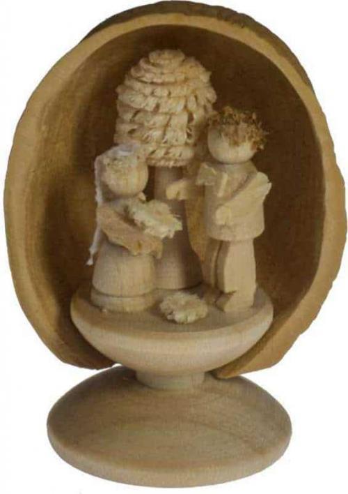 Miniatur Brautpaar in Walnussschale