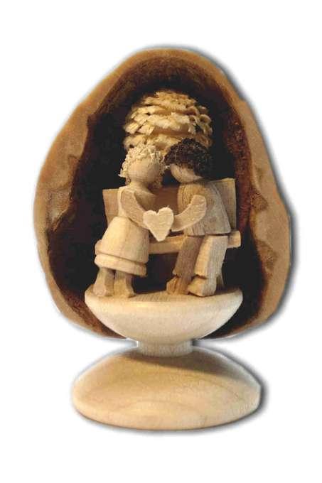 Miniatur Liebespaar in Walnussschale