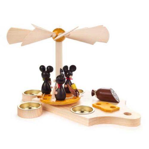Pyramide Mäusekinder auf Frühstücksbrett