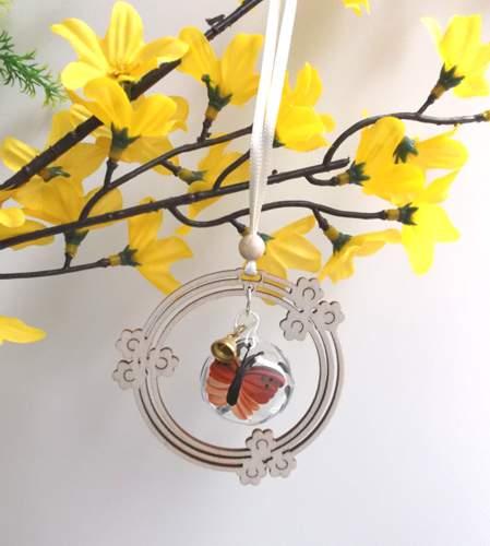 Behang Glaskugel Schmetterling im Blumenkranz