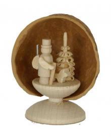Miniatur Förster in Walnussschale, stehend