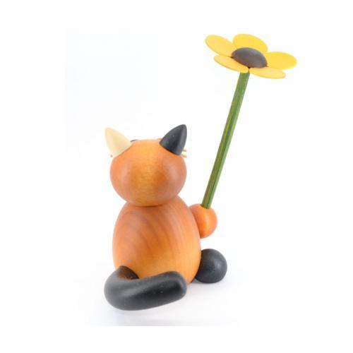 Glückskatze Lilli mit Blume, hinten
