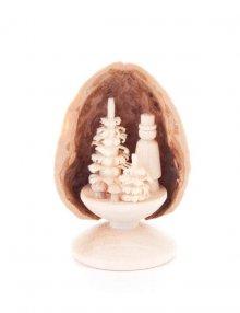Miniatur Pilzsammler in Walnussschale, stehend