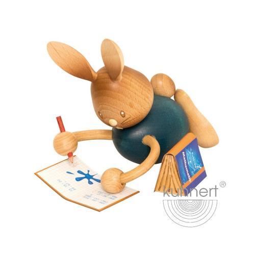 Osterhase Stupsi im Homeschooling, liegend mit Heft