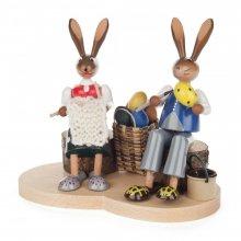 Hasenpaar auf Holzstamm, farbig