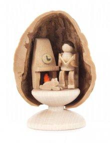 Miniatur Seniorenglück Mann in Walnussschale